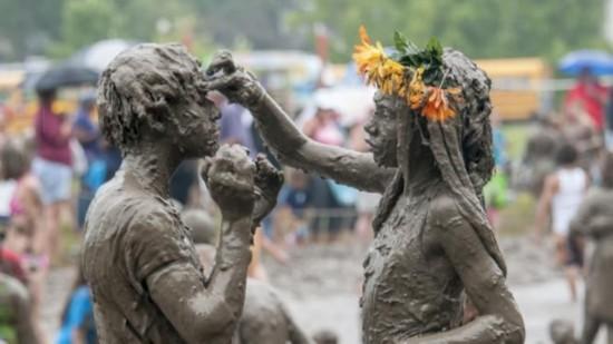 美底特律泥巴节 儿童欢快与泥巴酣战