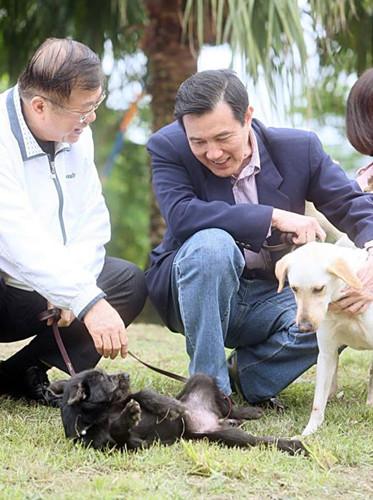 """马英九(右)与宠物马小九(图:台湾""""中央社"""")"""