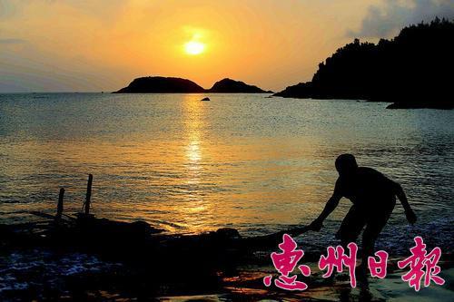 日落时分,渔民结束一天辛劳后上岸。