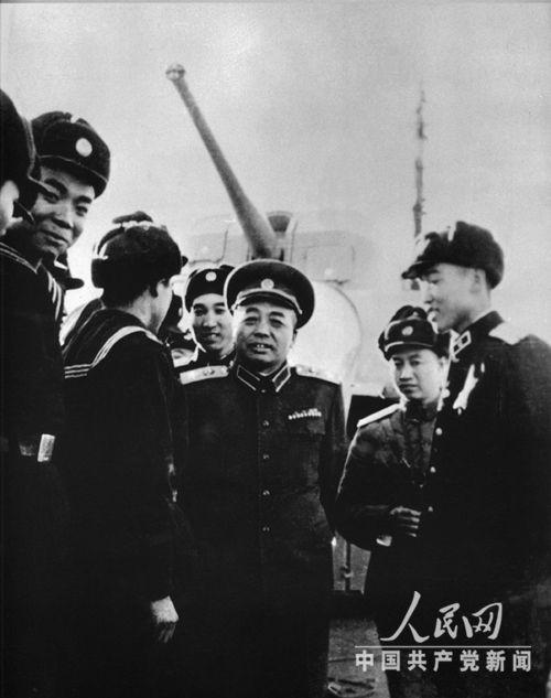 彭德怀元帅与海军指战员在一起。