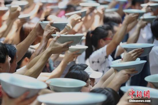 河南上千游客举海碗豪饮 一碗可盛3瓶啤酒