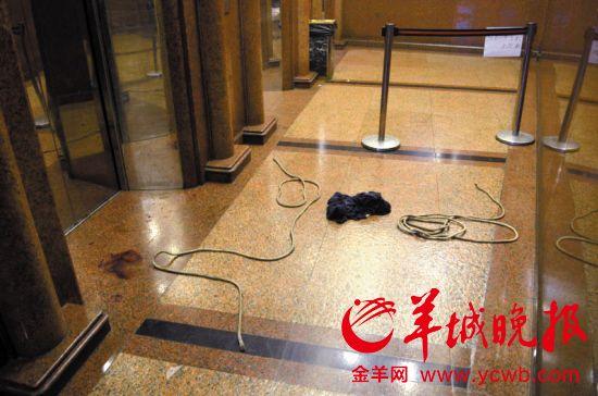 事发电梯井外,还遗留着绳索和死者的衣服