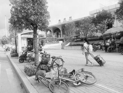 9日摄於福州火车站北广场外人行道.图片