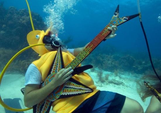 美潜水员海底玩转音乐 奇妙独特听觉盛宴