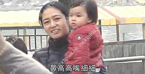 刘德华在家教女儿绑鞋带 幼儿园每年学费约4万