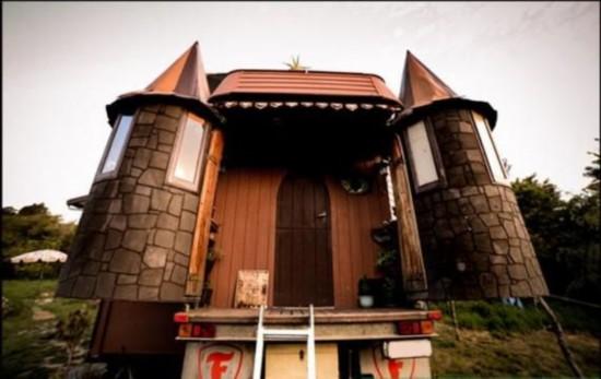 新西兰夫妇将卡车改造成童话般移动城堡