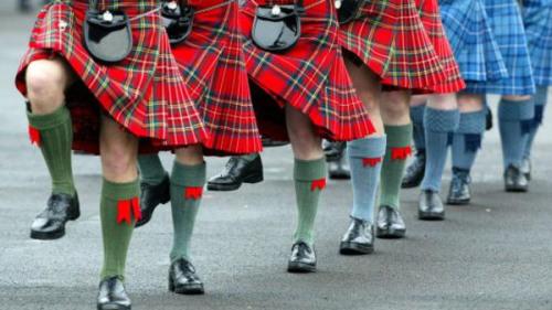 苏格兰男酒保频遭女顾客掀裙为避骚扰改穿裤子