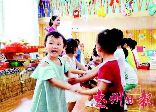 孩子們在幼兒園裡做游戲。 本報記者周 覓 攝