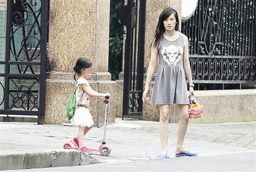 林熙蕾近照曝光穿拖鞋顶乱发带孩子外出(图)