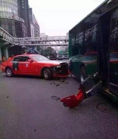 鸟叔乘豪车杭州追尾公交 公交集团称协商解决