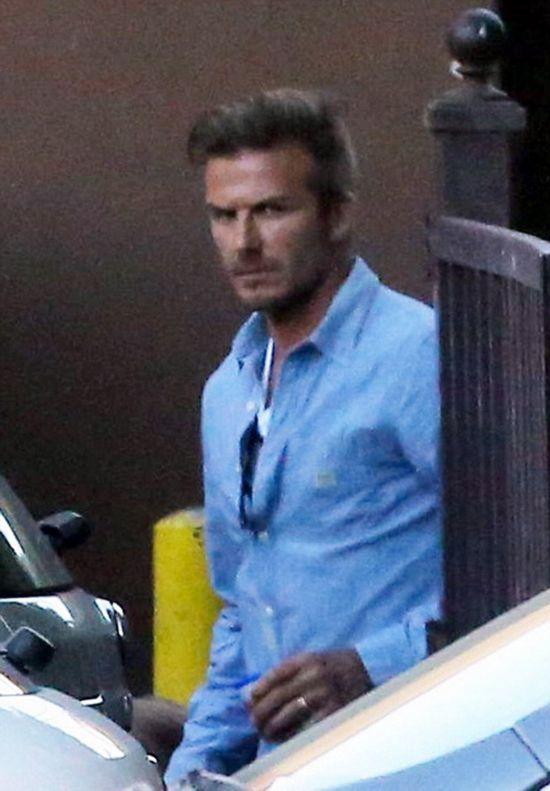 贝克汉姆穿了一件蓝色的衬衫,一条黑色的牛仔裤-贝小七穿嫩粉色短