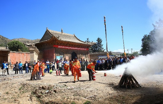海东乐都为寺院配备消防设施
