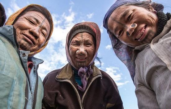 印度部落妇女戴鼻栓变丑防止被劫掠