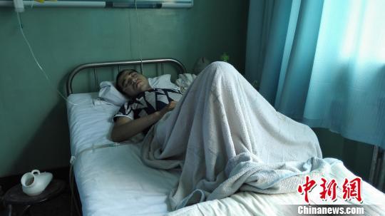 22岁小伙患肺结核生命垂危单亲父亲奔走救子(图)