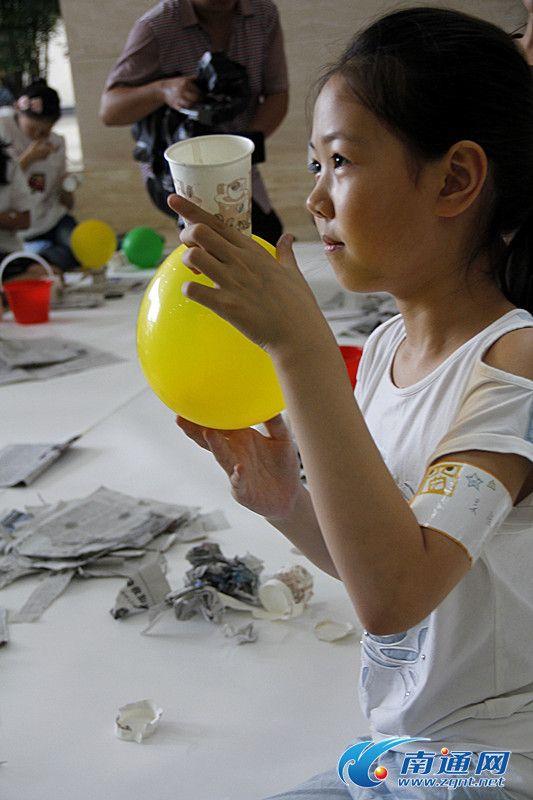 南通50多名小学生参观博物苑 学做青花瓷