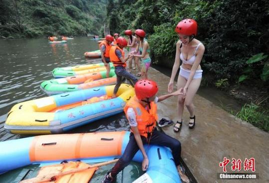 湖南现比基尼护漂队:身价穿龅牙陪美女漂泳衣流过亿游客美女泡图片