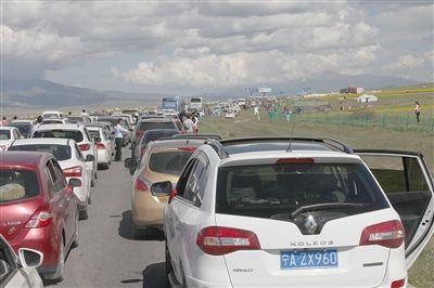 两大原因造成青海湖大堵车