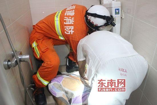 女子洗澡时卫生间内滑倒 手臂被卡便池