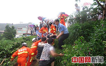 雨天面包车翻入柚子园 漳州平和消防救出6人(图)