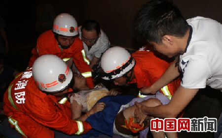 福建三明一大巴失控撞隧道壁 21人受伤(图)