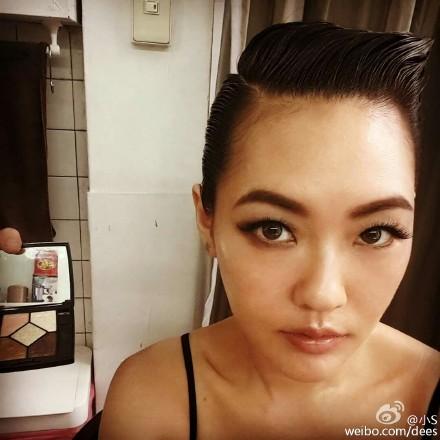 小S化烟熏妆贴假睫毛被网友误认为谢依霖(图)