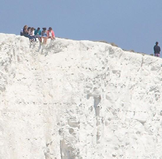 游客不顾危险频在英国悬崖边拍照