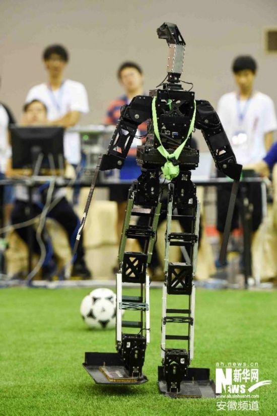 Adult队的机器人球员在类人组成人型半决赛中击球.最终,CIT