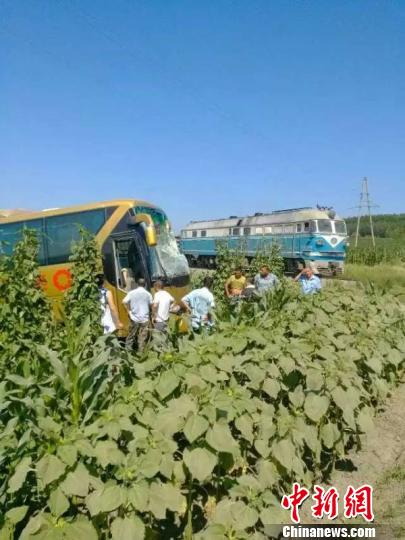 黑龙江一客车抢越铁路道口与货运列车相撞致14人入院