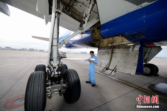 飞机维修工程师检查轮胎使用情况.王东明