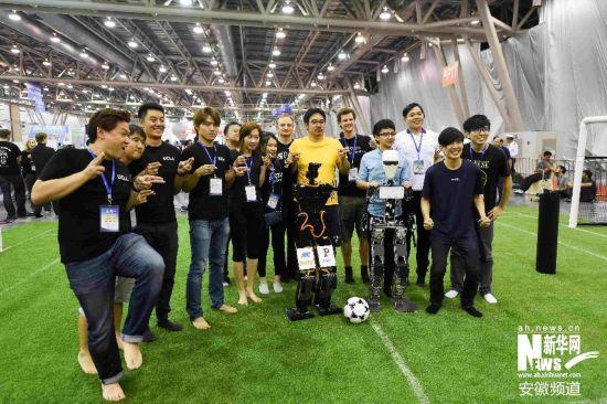 ORwIn队的机器人球员(前左)在类人组成人型半决赛后与台湾