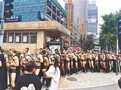 """街头""""斯巴达三百勇士""""被北京警方控制"""