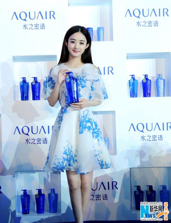赵丽颖扮假胡须可爱卖萌 蓝色裙装大秀美腿图片