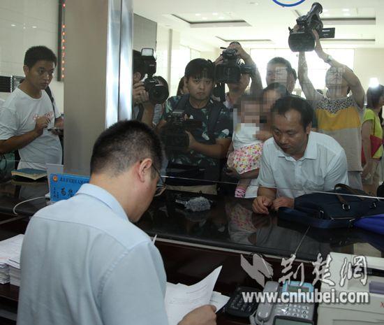 武汉高空抛物致女婴伤残案立案 父母起诉128户