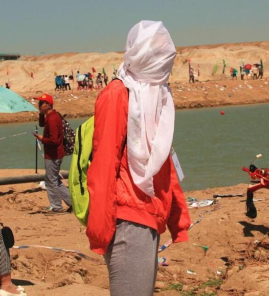 新疆持續高溫 沙子烤熟雞蛋交警鞋底