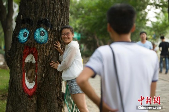 """太原公園出現""""樹洞畫"""" 吸引市民拍照留念"""