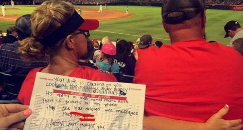 女子与丈夫看球时给情夫发短信被后排观众揭发