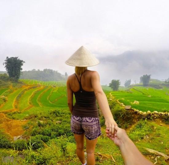 加情侣模仿网络红人拍牵手背影旅行照图片