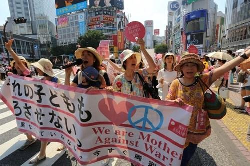 日本母亲推婴儿车游行万余人签名抗议新安保法