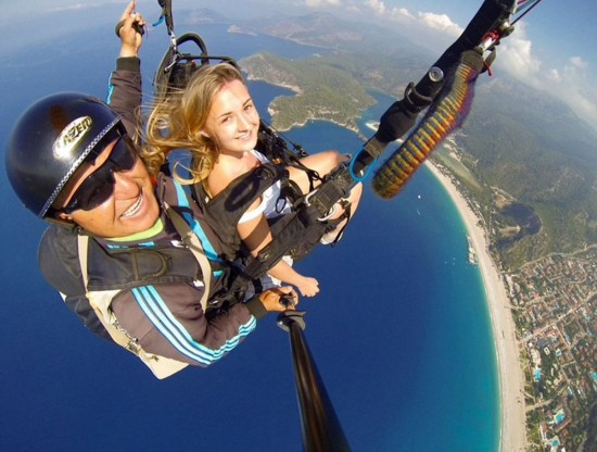 英女孩2000米高空跳伞进行最酷炫自拍