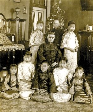 《故宫藏影》收录的溥仪与兄妹。