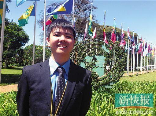 陈晓彬在联合国非洲总部万国旗前。