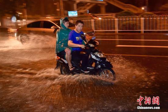 7月27日晚,北京城区出现短时强降水。当晚20时17分,北京市气象台发布暴雨黄色预警,预计未来3小时全市大部分地区将出现小时雨量30毫米以上的短时强降水。<a target='_blank'  data-cke-saved-href='http://www.chinanews.com/' href='http://www.chinanews.com/' ><p  align=