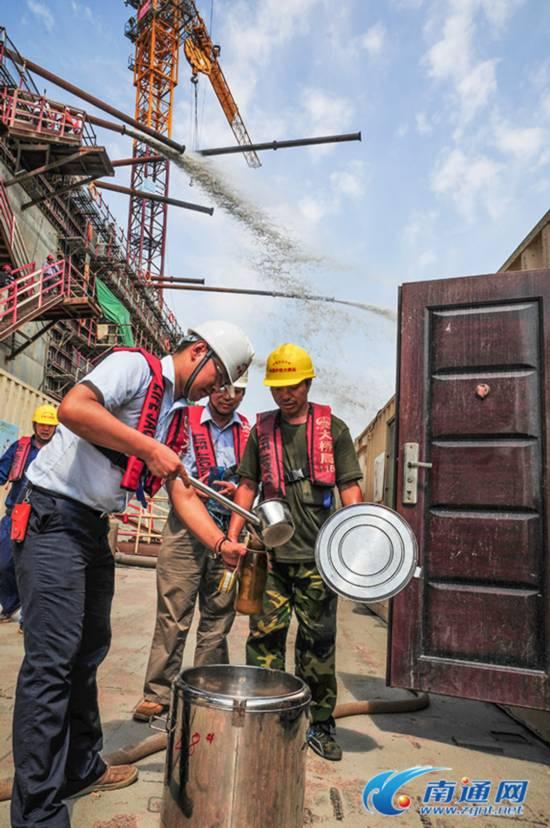 南通天气炎热 沪通大桥200多名工人紧张施工