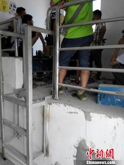 四川宜賓一小區電梯沖破樓頂住戶嚇得腿直抖(圖)