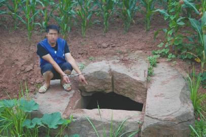 盗墓的刘某某等12人被警方抓获。