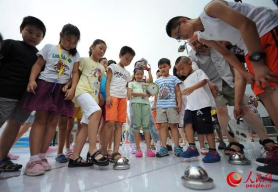 北京成功申办冬奥会 市民竞相体验冰蹴球