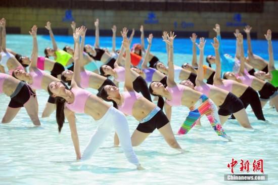 高清:百名瑜伽達人集體做水上瑜伽秀身材圖片