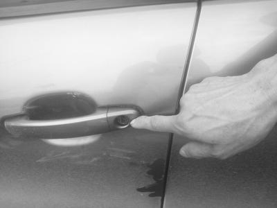 海口多辆私家车遭撬门砸窗损失严重警方介入