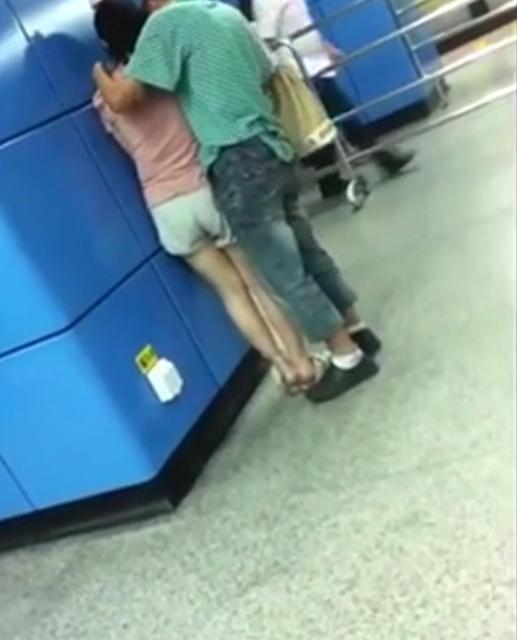 情侣广州地铁站上下其手尺度亲密 惊呆乘客(图)--福建频道--人民网fyr-意思