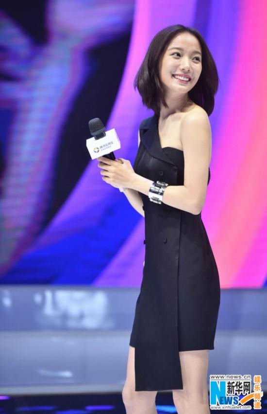 """王珞丹惊艳亮相上海 """"马甲线女神""""不露也性感"""